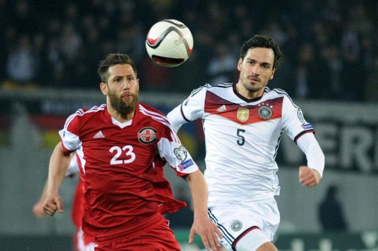Georgiens Levan Mchedlidze (L) und Mats Hummels am 29.März 2015 beim Spiel gegen Georgien AFP PHOTO / VANO SHLAMOV