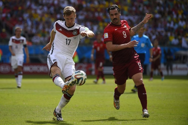 Portugal's Stürmer Hugo Almeida (R) im Kampf mit Per Mertesacker (AFP PHOTO / FABRICE COFFRINI)