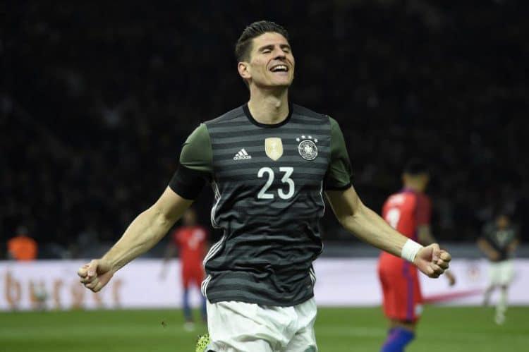 Mario Gomez im neuen DFB Auswärtstrikot feiert das 2:0 gegen England am 26.März 2016 in Berlin. AFP / ODD ANDERSEN