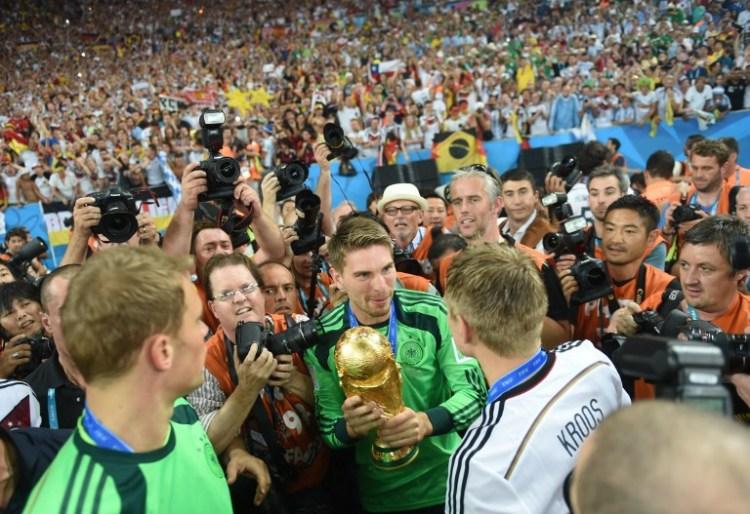 Ron-Robert Zieler feiert den WM-Titel 2014 (AFP PHOTO / PATRIK STOLLARZ)