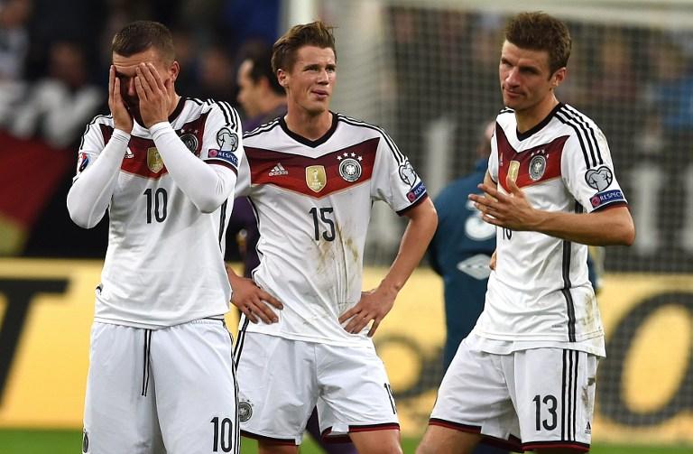 Erik Durm (Nummer 15) im aktuellen DFB Deutschland Trikot 2015 mi Lukas Podolski und Thomas Müller (Foto AFP)