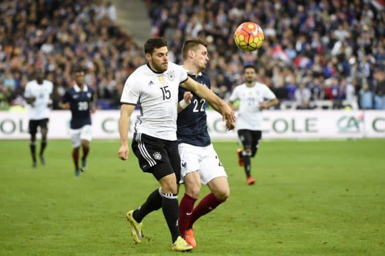 Kevin Volland (L) gegen den Franzosen Morgan Schneiderlin beim Testspiel gegen Frankreich am 13.11.2015. AFP PHOTO / MIGUEL MEDINA / AFP / MIGUEL MEDINA