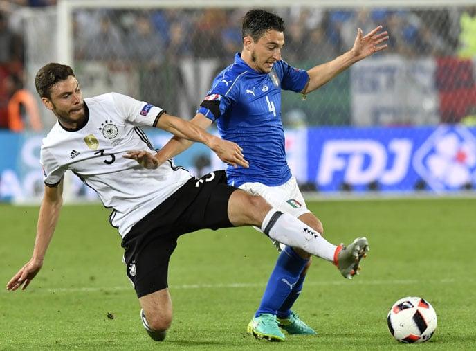 Jonas Hector (L) im Zweikampf mit Matteo Darmian beim EM 2016 viertelfinale gegen Italien.  / AFP PHOTO / GEORGES GOBET