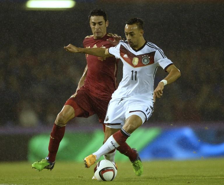 Karim Bellarabi im Kampf mit Spaniens Bruno während des Freundschaftsspiels Spanien gegen Deutschland im spanischen Vigo am 18. November 2014. AFP PHOTO / MIGUEL RIOPA