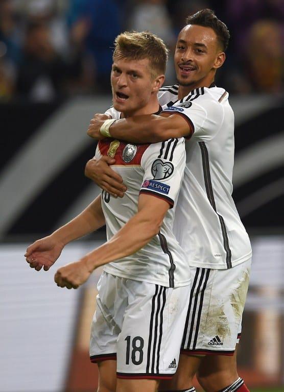 Toni Kroos und Karim Bellarabi feiern das 1:0 beim Spiel Deutschland gegen Irland innerhalb der EURO 2016 Qualifikation (Foto AFP)