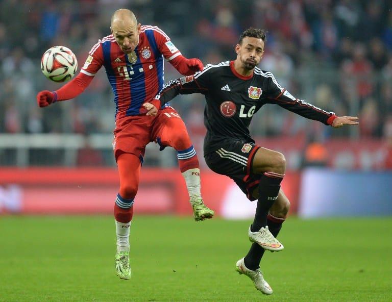 Karim Bellarabi (R) gegen Arjen Robben vom FCB (AFP PHOTO / CHRISTOF STACHE)