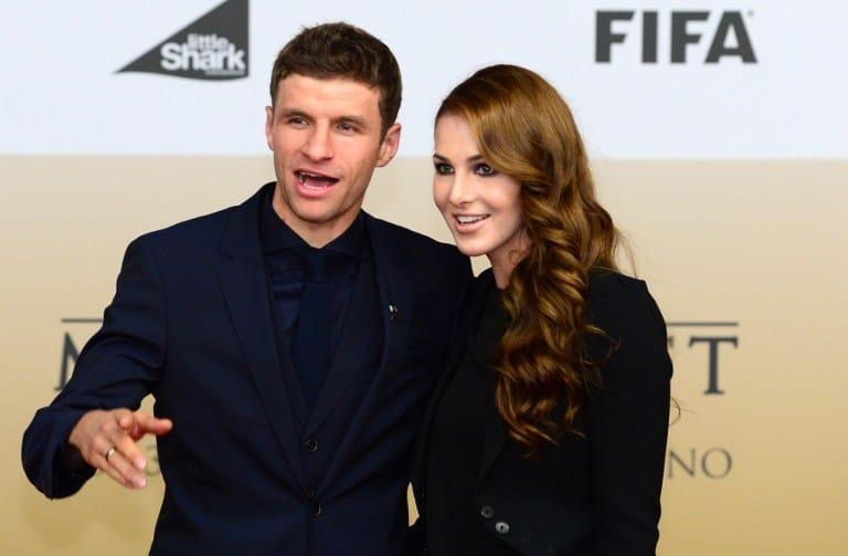Thomas Mueller mit Ehefrau Lisa (Foto AFP)