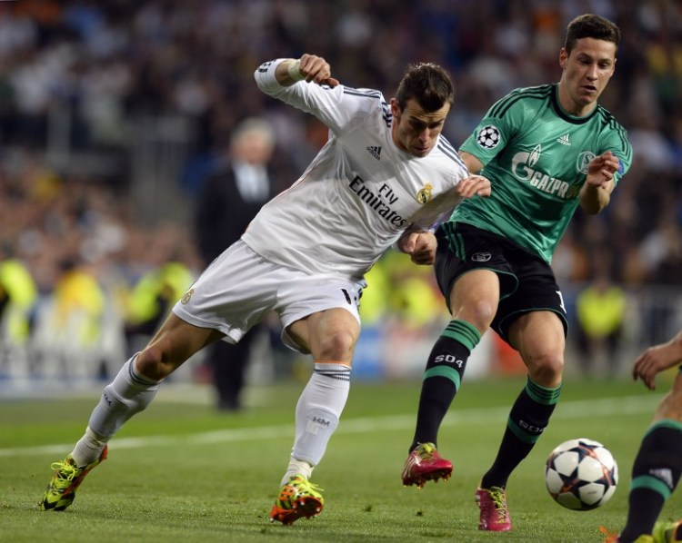 Real-Star Gareht Bale im Zweikampf mit Schalkes Julian Draxler. AFP PHOTO / GERARD JULIEN