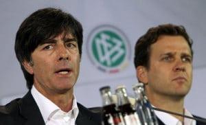 Bundestrainer Joachim Löw (L) zusammen mit Teammanager Oliver Bierhoff (AFP PHOTO / DANIEL ROLAND)