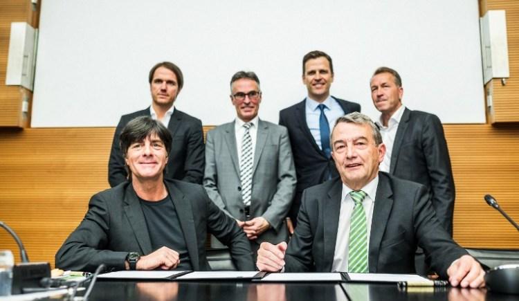 Joachim Loew (L) und Wolfgang Niersbach (R), zusammen mit Thomas Schneider, Helmut Sandrock, Oliver Bierhoff und Andreas Koepke bei der Vertragsunterschrift Löws bis zur WM 2018 (AFP PHOTO / POOL / SIMON HOFMANN)
