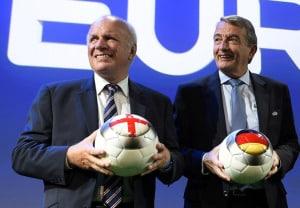 Englands Fußballchef Greg Dyke (L) mit dem DFB-Präsident Wolfgang Niersbach bei der Verkündung der Austragungsorte der EURO 2020 ( AFP PHOTO / FABRICE COFFRINI)