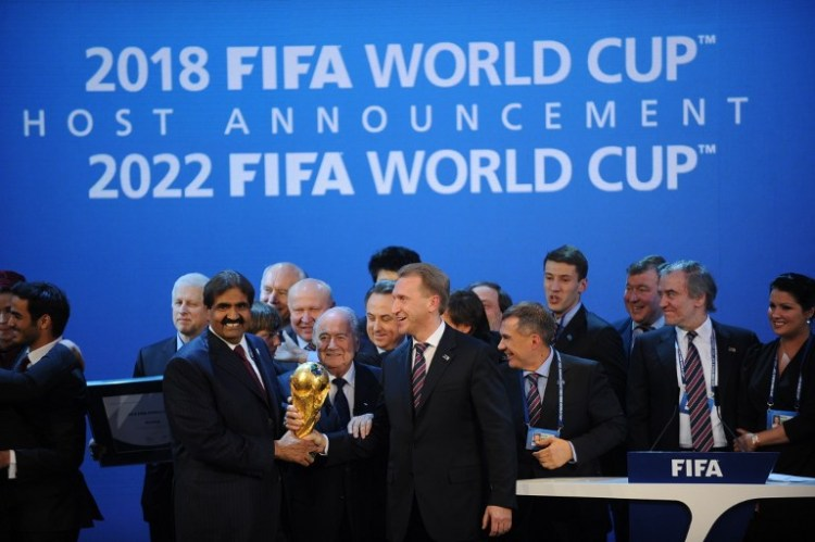 Emir des Staates Qatar Sheikh Hamad bin Khalifa Al-Thani (L), Fifa President Joseph Blatter (C) und Russlands Deputy Prime Minister Igor Shuvalov bei der Ernennung von Russland und Qatar 2018 und 2022 World Cups on December 2, 2010 at the FIFA headquarters in Zurich. (AFP PHOTO / PHILIPPE DESMAZES)