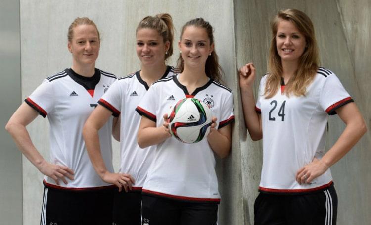 Die DFB-Frauen im neuen DFB-Trikot 2015: Melanie Behringer, Melanie Leupolz, Sara Daebritz und Lena Petermann bei der Präsentation von adidas ( AFP PHOTO / CHRISTOF STACHE )