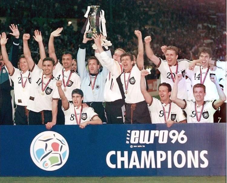 Berti Vogts holt den Fußballeuropameisterpokal 1996 (AFP / ELECTRONIC IMAGE)