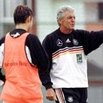 Bundestrainer Erich Ribbeck 1999 in Mexiko beim Confed Cup (AFP PHOTO/ Jorge SILVA)