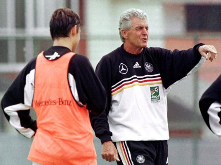 Bundestrainer Erich Ribbeck 1999 in Mexiko beim Confed Cup (AFP PHOTO/ Jorge SILVA)