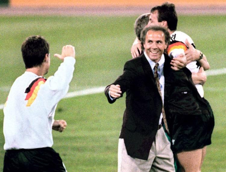 Bundestrainer Franz Beckenbauer (C) feiert das 1:0 gegen Argentinen im WM Finale am 8.Juli 1990 in Rom. AFP PHOTO
