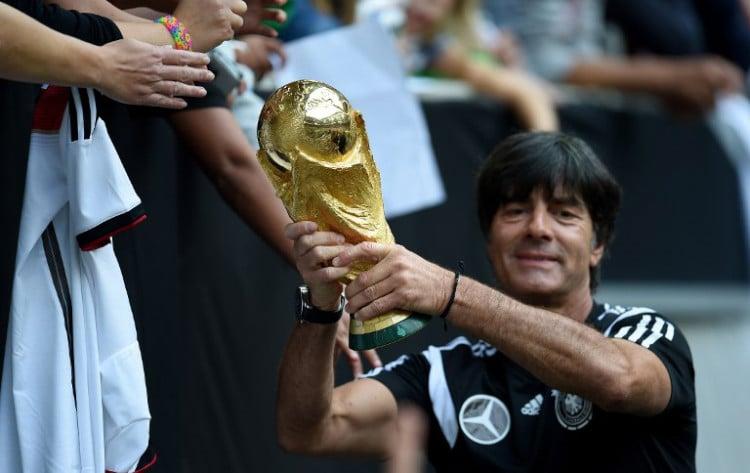 Bundestrainer Joachim Löw mit dem Weltmeisterpokal 2014. AFP PHOTO / PATRIK STOLLARZ