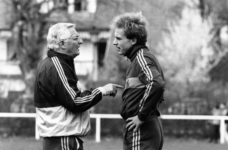 """Jupp Derwall am 18. April 1984 mit Karl-Heinz """"Kalle"""" Rummenigge AFP PHOTO / JACQUES WITT"""