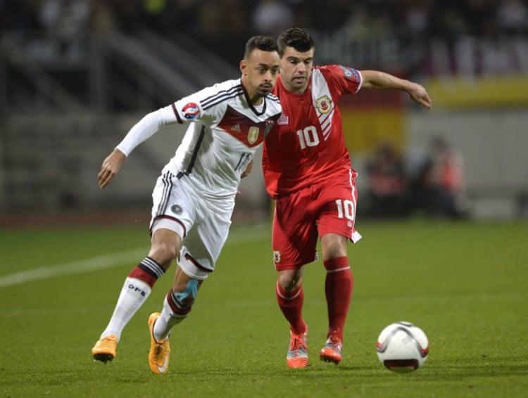 Karim Bellarab (L) und Gibraltar's Mittelfeldspieler Liam Walker (R) beim EM-Quali-Spiel in Nürnberg am 14.November 2014.  AFP PHOTO / CHRISTOF STACHE