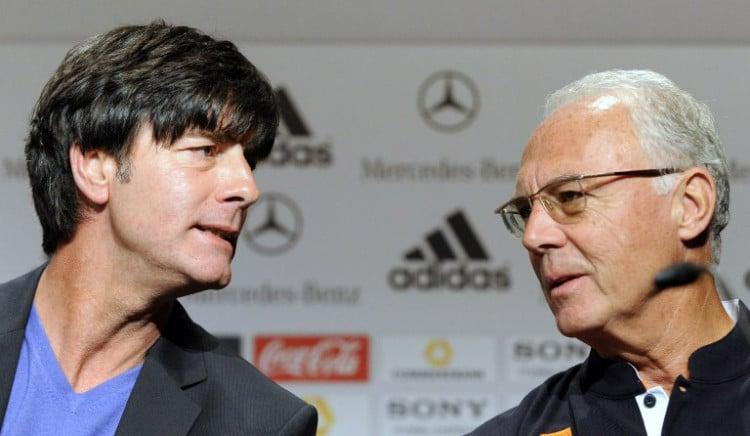 Franz Beckenbauer (R) und Bundestrainer Joachim Loew zusammen vor der Fußball WM 2010 in Südafrika AFP PHOTO / JOHN MACDOUGALL