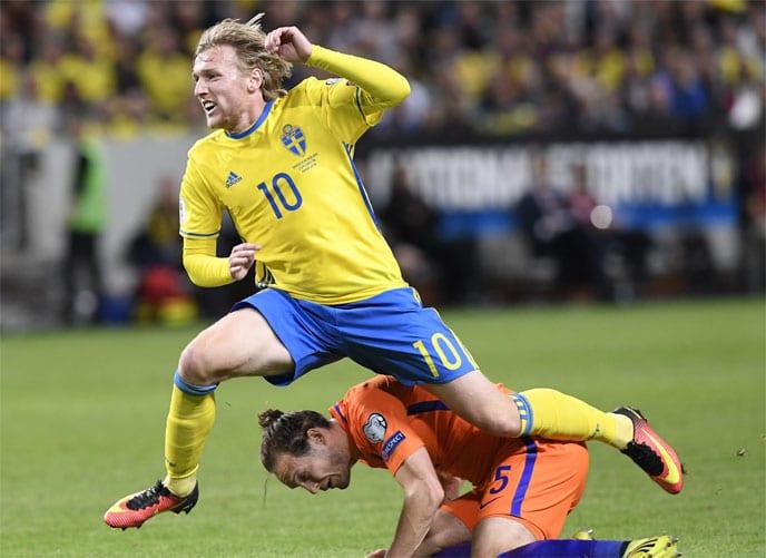Schwedens Emil Forsberg gegen den Holländer Daley Blind beim WC 2018 Qualifikationsspiel in Solna am 6.September 2016. / AFP PHOTO / JONATHAN NACKSTRAND