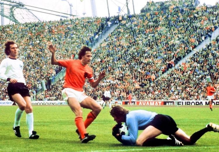 Sepp Maier greift sich den Ball vor dem Holländer Johan Cruyff, Franz Beckenbauer (L) kommt zu spät am 07. Juli 1974 in München beim Finale der WM 1974. AFP PHOTO