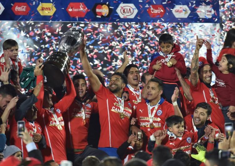 Chile feiert den Sieg der Copa America 2015 gegen Argentinien in Santiago am4.Juli 2015. AFP PHOTO / NELSON ALMEIDA