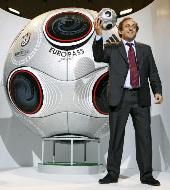 UEFA Präsident Michel Platini mit dem UEFA EURO 2008 Fußball . AFP PHOTO / DIETER NAGL