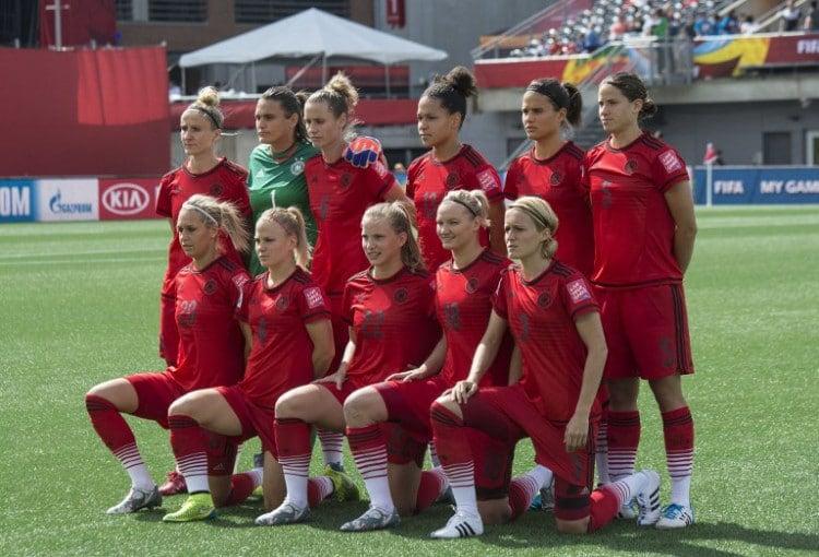 Die Startelf der deutschen Frauen-Nationalmannschaft beim Vorrundenspiel gegen Norwegen in den neuen roten DFB-Auswärtstrikot der Damen in Ottawa am 11.Juni 2015. AFP PHOTO/NICHOLAS KAMM