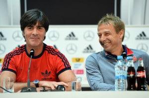 Nur noch Jogi Löw sitzt auf dem Nationaltrainerstuhl. Jürgen Klinsmann (r.) wurde im Dezember 2016 von seinem Amt als Trainer der USA entlassen. AFP PHOTO / PATRIK STOLLARZ