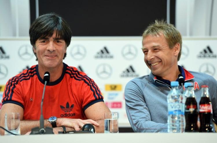 Bundestrainer Joachim Löw (L) und US headcoach Jürgen Klinsmann bei der Pressekonfernenz am 09.06.2015 vor dem Länderspiel Deutschland gegen die USA. AFP PHOTO / PATRIK STOLLARZ