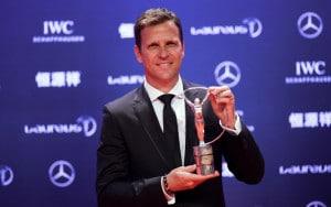 Oliver Bierhoff, Manager der Deutschen Fußballnationalmannschaft, posiert mit dem gewonnenen Laureus World Sports Team des Jahres Pokal während der Zeremonie in Shanghai am 15.April 2015. AFP PHOTO / JOHANNES EISELE