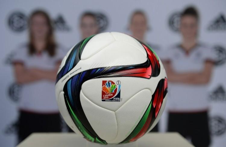 Der offizielle Spielball der Frauen-WM 2015 in Kanada von adidas. AFP PHOTO / CHRISTOF STACHE
