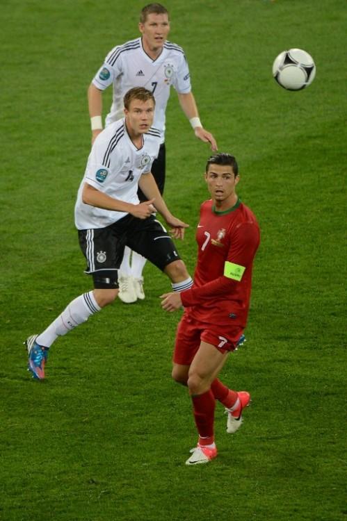 Cristiano Ronaldo (R) gegen Holger Badstuber bei der Euro 2012. AFP PHOTO / ANNE-CHRISTINE POUJOULAT