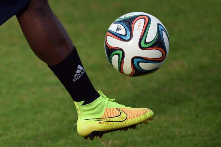 Der offizielle Spielball der FIFA World Cup 2014 - der Brazuca. AFP PHOTO/ EITAN ABRAMOVICH