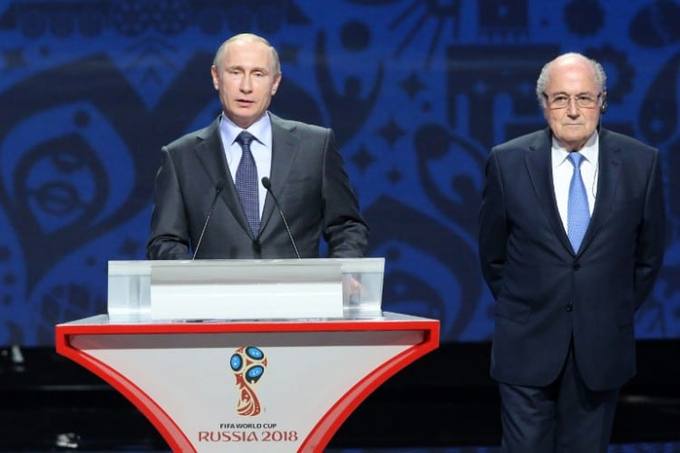 Russlands Präsident Vladimir Putin (L) und FIFA Präsident Sepp Blatter bei der Gruppenauslosung des World Cup 2018 im Konstantin Palace in Saint Petersburg am 25.Juli 2015. AFP PHOTO / KIRILL KUDRYAVTSEV