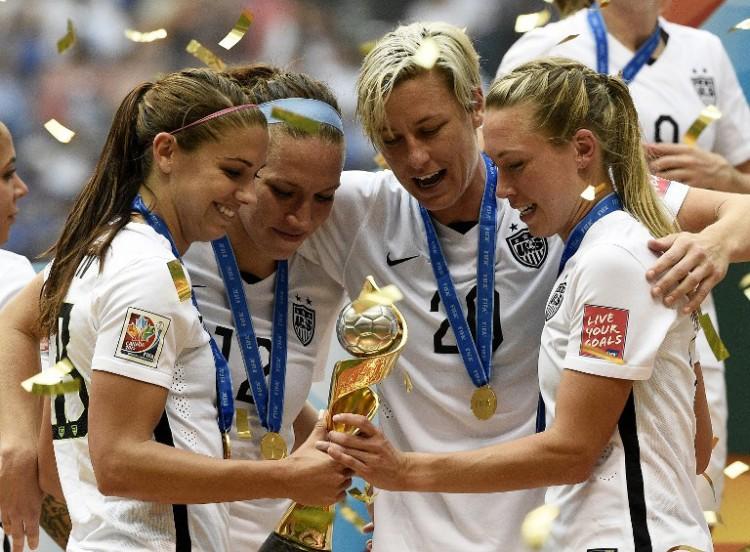 Die USA ist Weltmeister 2015! Ali Krieger, Lauren Holiday, Abby Wambach und Kelley O'Hara feiern mit dem Weltpokal 2015. AFP PHOTO / FRANCK FIFE