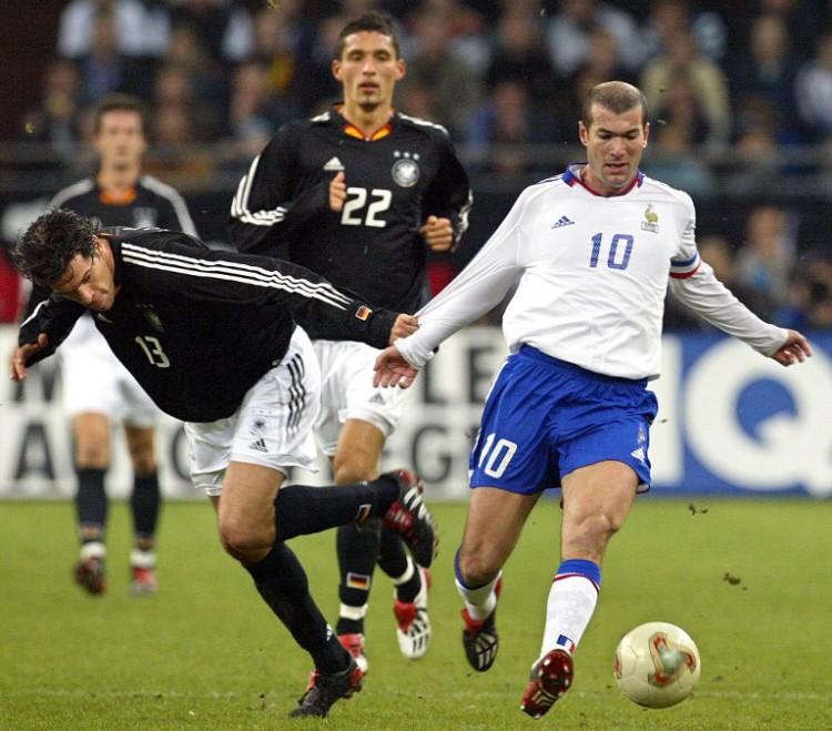 Michael Ballack (L) und der Franzose Zinedine Zidane am 15. November 2003 in der Arena Auf Schalke . AFP PHOTO FRANCK FIFE