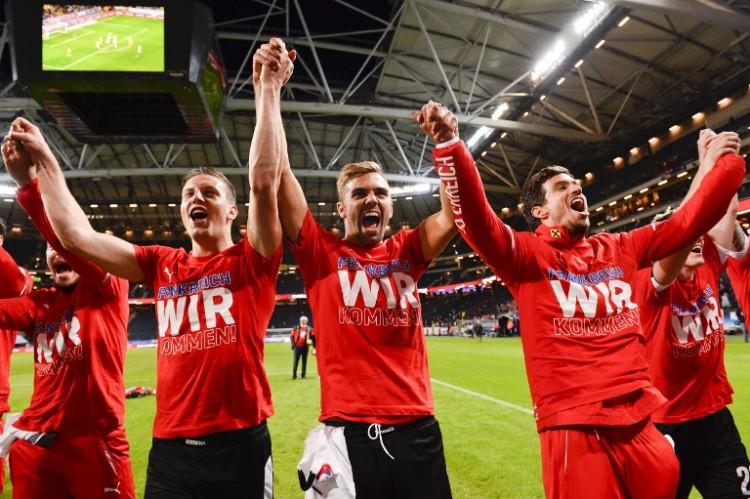 """Österreichische Nationalspieler feiern nach dem Sieg gegen Schweden die Teilnahme an der Euro 2016. Es wurden extra """"Frankreich wir kommen""""-T-shirts gedruckt! AFP PHOTO / JONATHAN NACKSTRAND"""