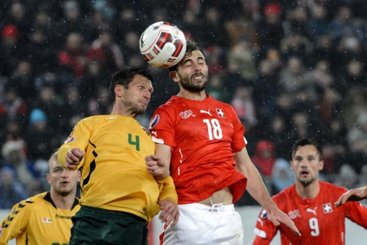 Litauens Abwehrspieler Tadas Kijanskas (L) und der Schweizer Angreifer Admir Mehmedi kämpfen um den Ball am 15. November 2014 in St Gallen. AFP PHOTO / FABRICE COFFRINI