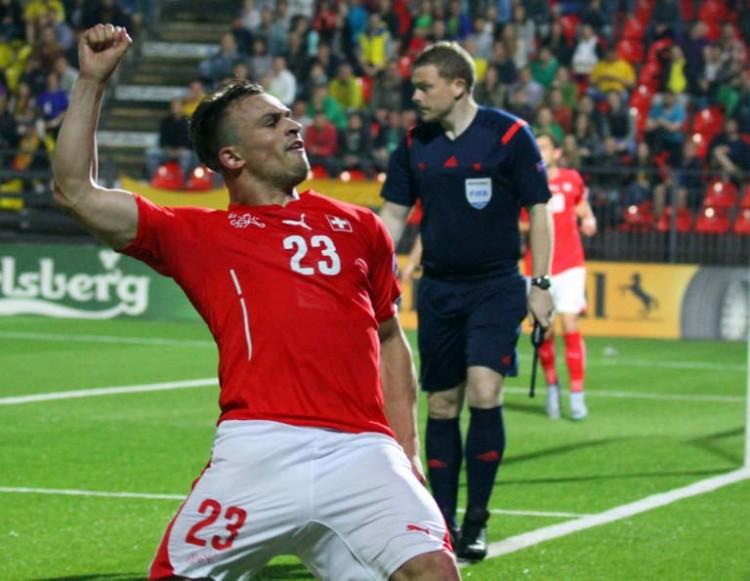 Der Schweizer Xherdan Shaqiri feriert sein Tor gegen Litauen. AFP PHOTO / PETRAS MALUKAS
