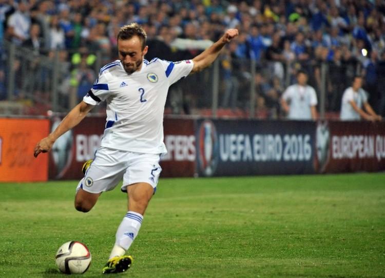 Bosnens Avdija Vrsajevic in der EM 2016 Qualifikation gegen Zypern Ende 2014 im weißen Auswärtstrikot. AFP PHOTO ELVIS BARUKCIC