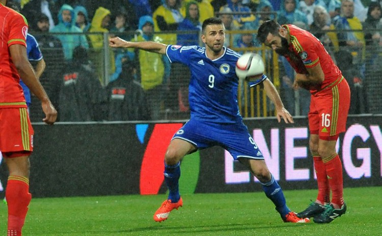 Wales' Joe Ledley (R) gegen Bosniens Vedad Ibisevic (L) im blauen Bosnien-Trikot. AFP PHOTO / ELVIS BARUKCIC