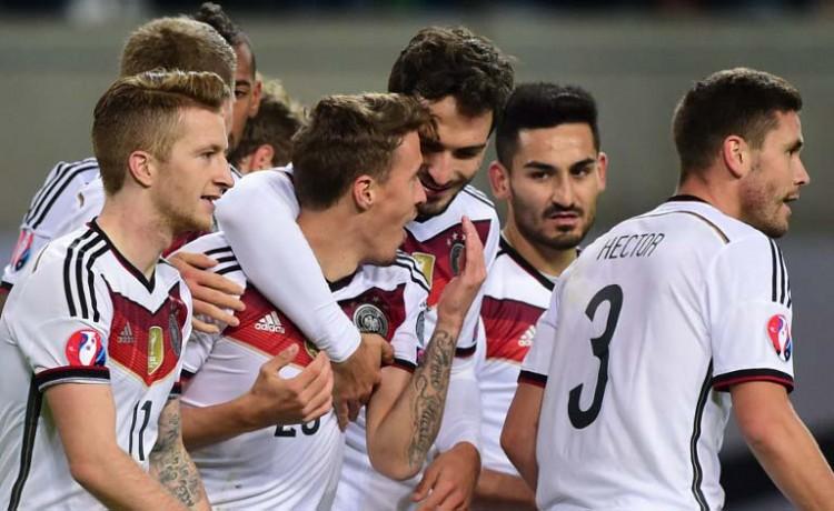 Deutschland feiert das Tor zum 2:1 gegen Georgien durch Max Kruseam 11.Oktober 2015. AFP PHOTO / JOHN MACDOUGALL