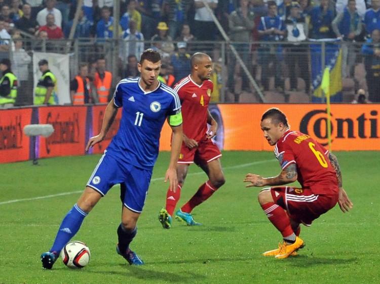 Bosnens Edin Dzeko (L) gegen Belgien im blauen Heimtrikot am 13.Oktober 2014. AFP PHOTO / ELVIS BARUKCIC