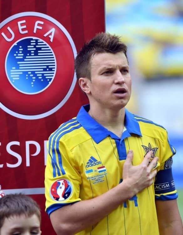 Ukraine's Mittelfeldspieler Ruslan Rotan mit dem EM 2016 Badge auf dem Ärmel. AFP PHOTO/ SERGEI SUPINSKY