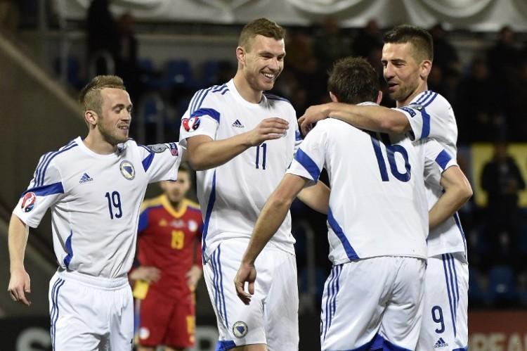 Edin Dzeko (2. von links) feiert gegen Andorra. AFP PHOTO / PASCAL PAVANI