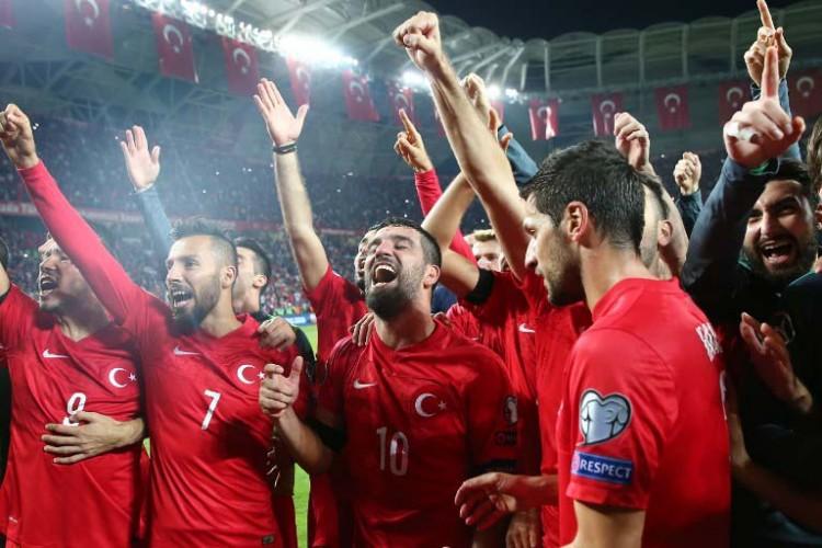 Die türkische Nationalmannschaft feiert ihre Qualifikation 2016. AFP PHOTO/ STRINGER