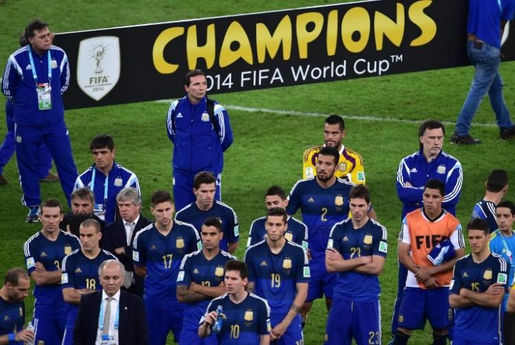 Argentiniens coach Alejandro Sabella und Kapitän Lionel Messi (unten) nach dem verlorenen WM-Finale 2014 im Maracana Stadium in Rio de Janeiro am 13.Juli 2014. AFP PHOTO / NELSON ALMEIDA